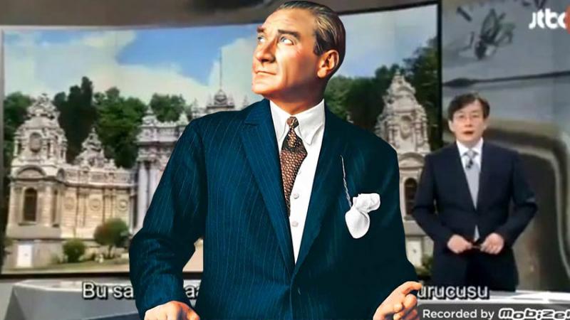 Atatürk'e saygı için haberleri ayakta sundu