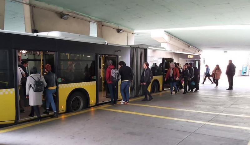 Metrobüs Duraklarına Yeni İşaret Eklenecek!