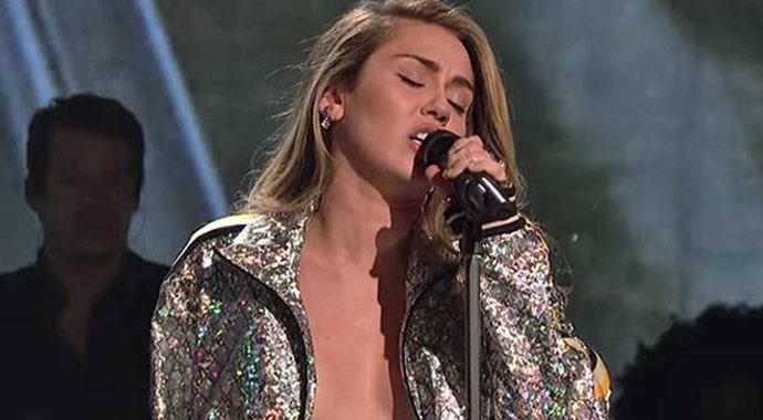 Miley Cyrus'tan olay itiraf! Elle kontrol etmeleri hoşuma gidiyor