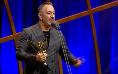 45. Altın Kelebek Ödülleri Töreninde Ödül Alan Cem Yılmaz'dan Defne Samyeli Jesti!