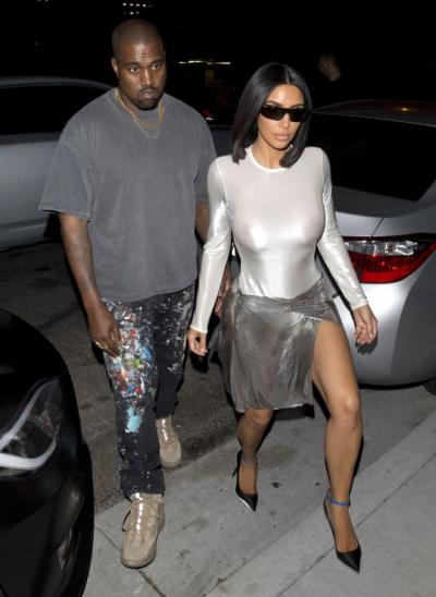 İç Çamaşırsız Kim Kardashian flaş mağduru oldu