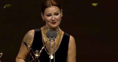 Pınar Altuğ, Boynuna Taktığı Zincirlerle Büyük İlgi Gördü