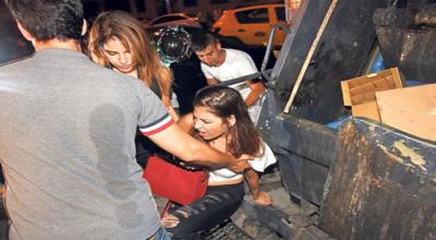 Türkan Şoray'ın kızı Yağmur Ünal çöp kamyonuna düştü!