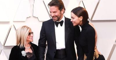Ünlü aktör sevgilisi ve annesiyle el ele geldi